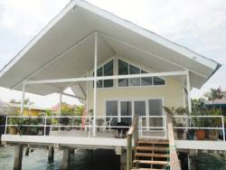 exquisite-waterfront-home-with-excellent-rental-history-001