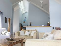 exquisite-waterfront-home-with-excellent-rental-history-003