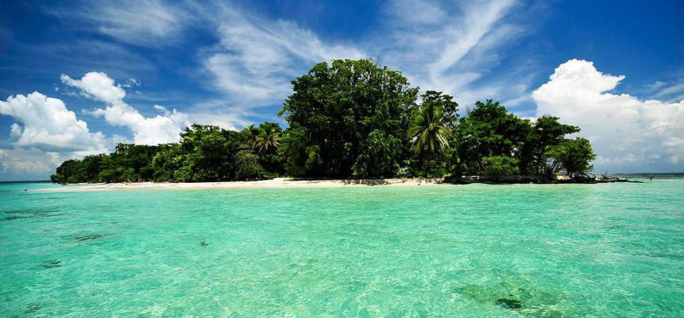 Zapatilla Island     photo Red Moon for Bocasdeltoro.com