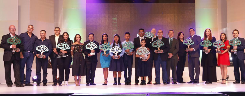Noticias de última hora: El desarrollador de Toro Bocas's Plastic Bottle Village gana el Premio Nacional